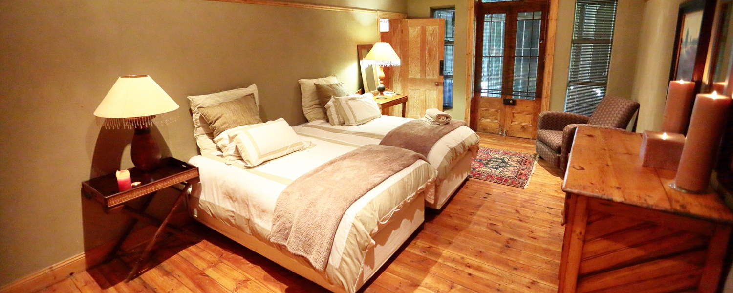 twin room with white bedding at Grootvallei hunting and guest farm near Kimberley